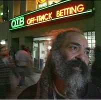 Клошар печели половин милион долара от изхвърлени билети за залагания