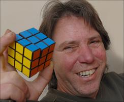 Греам Паркър успява да нареди Рубик куб след 26 години